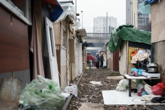 12 décembre 2016, porte des Poissonniers à Paris, 18ème. Suite notamment à l'évacuation du bidonville de Pierrefitte, une centaine de Roms a commencé à s'installer et à reconstruire des cabanes sur la petite ceinture. En effet, ils avaient été évacués de ce même endroit en février dernier.Copyright Paul Béjannin