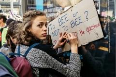 """Paris, le 16 mars 2019 Des milliers de manifestants ont défilé dans le calme samedi à travers la France lors de """"la Marche du Siècle"""" pour exiger """"des réponses à la hauteur de l'enjeu"""" que représente le changement climatique."""