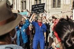 Dénonçant « la culture du viol En Marche », plusieurs milliers de manifestants ont protesté à Paris .